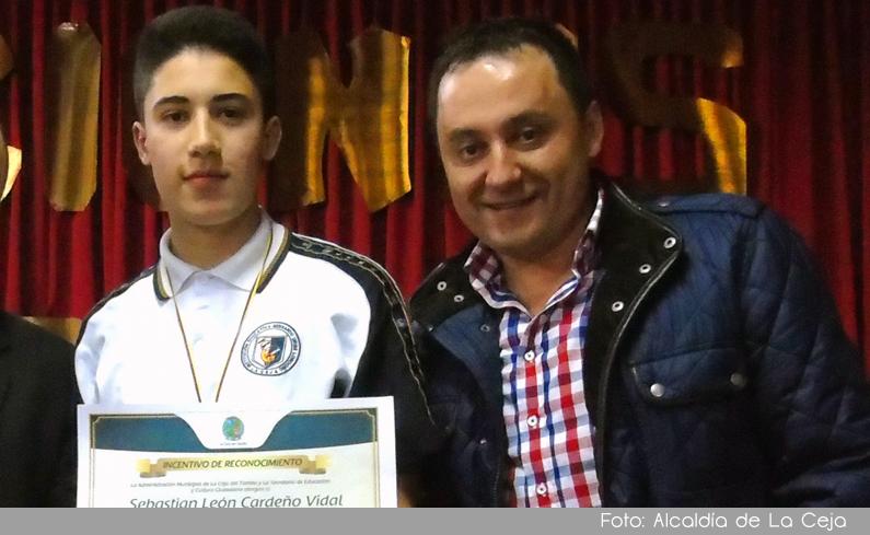 Photo of Alcaldía de La Ceja reconoció económicamente los mejores estudiantes del municipio