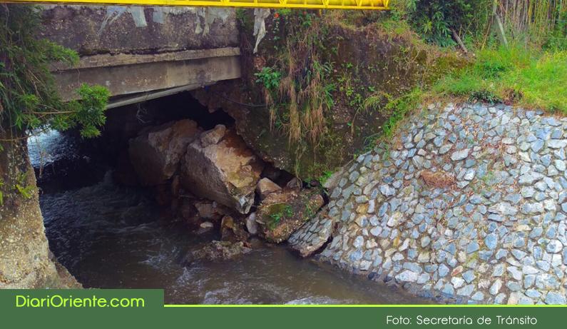 Photo of Por fallas en la base del puente, continúa cerrado el paso de la vía Rionegro-Llanogrande, a la altura de Tutucán.