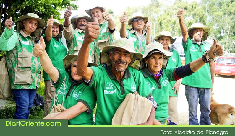 Photo of Alcaldía de Rionegro entregó dotación a 230 recicladores de oficio
