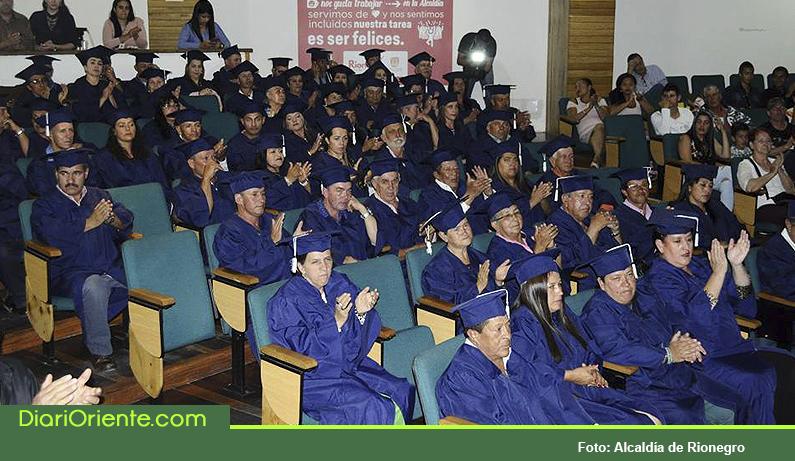 Photo of 66 comerciantes del Centro Histórico recibieron diploma en Master de negocios de la calle