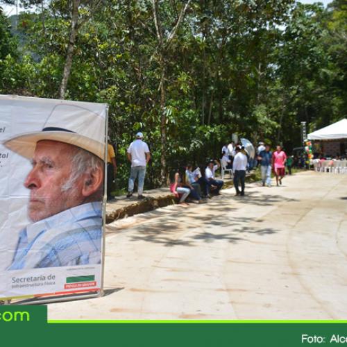 Gobernador entrega un kilómetro de placa huella en San Carlos