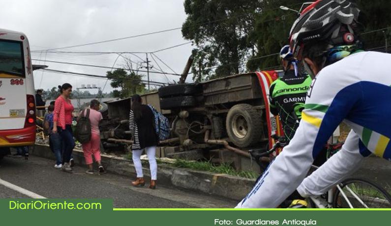 Photo of Accidente de bus en la autopista Medellín – Bogotá deja ocho lesionados