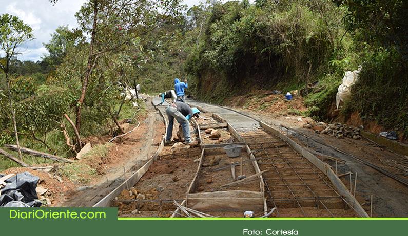 Photo of En Guatapé invierten $1.600 millones para mejorar vías rurales con placa huella