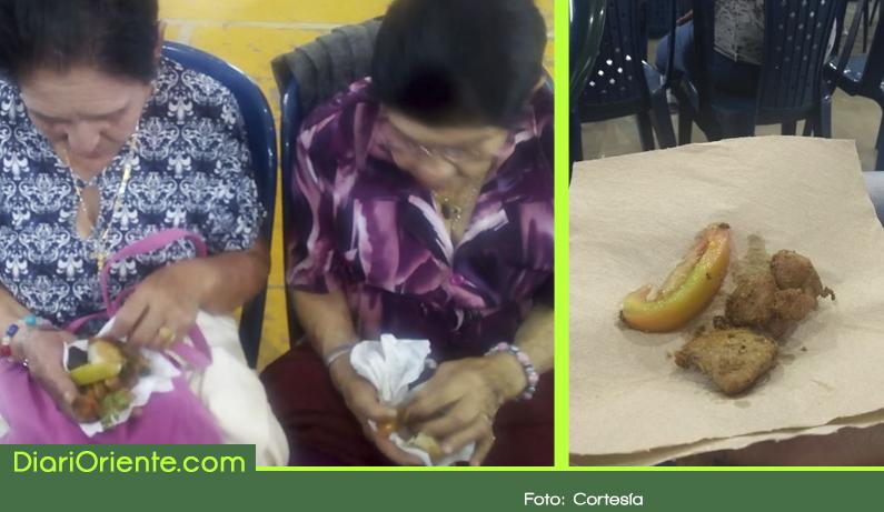"""Photo of El deprimente """"almuerzo"""" que recibieron 300 adultos mayores en El Retiro"""