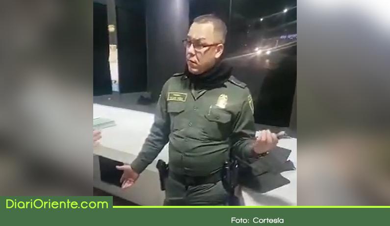 Photo of Video de un policía borracho en un CAI de Rionegro se hace viral en redes sociales