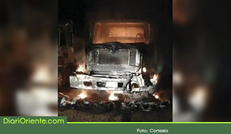 Photo of Autoridades investigan quema de dos vehículos oficiales