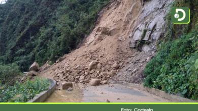 Photo of Autoridades trabajan en la remoción de un derrumbe en la vía que comunica a Sonsón y Nariño