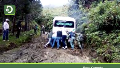 Photo of Mal estado de la vía, obligó a Concejales de El Carmen a empujar bus para llegar a un evento.