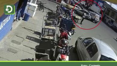 Photo of Video: Imprudencia de conductor por poco le cuesta la vida a un peatón en Rionegro.