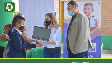 Photo of Entregan 282 computadores portátiles a estudiantes de El Retiro